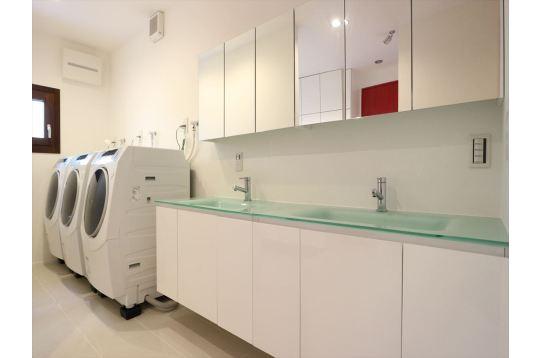 新品のドラム式洗濯機、独立洗面、綺麗でお洒落。