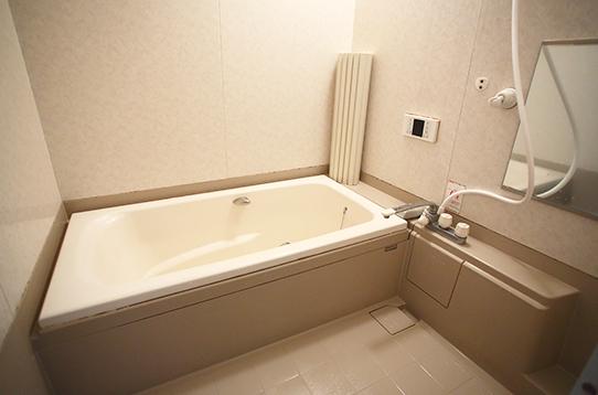 バスルームは浴槽付き