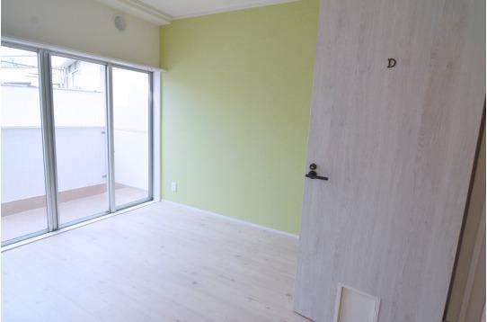 グリーンの壁紙がおしゃれな個室です