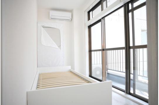 窓の大きいお部屋はとても開放的です!ベランダ付き