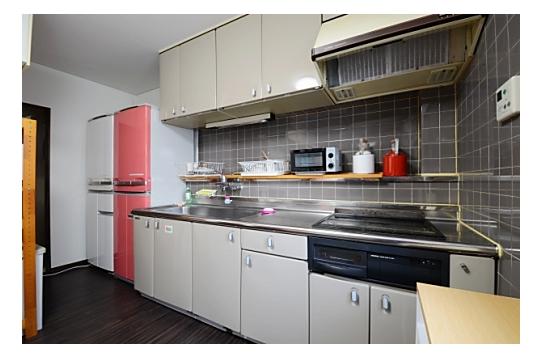 キッチン。調理道具は一通り揃っております。