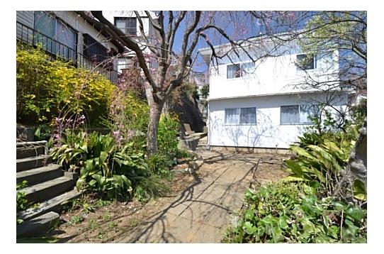 庭の様子、シェアハウスの側面は真っ白