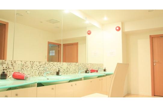 女性専用パウダールーム 洗面台4箇所、浴室3箇所あり