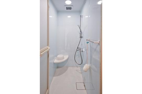 イス付きシャワールームです。