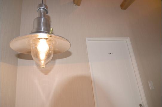 廊下の照明はランタン風