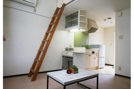 部屋上部には収納も有り。