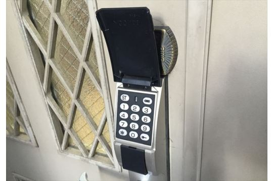玄関はナンバーキーなので鍵を無くす心配無し!