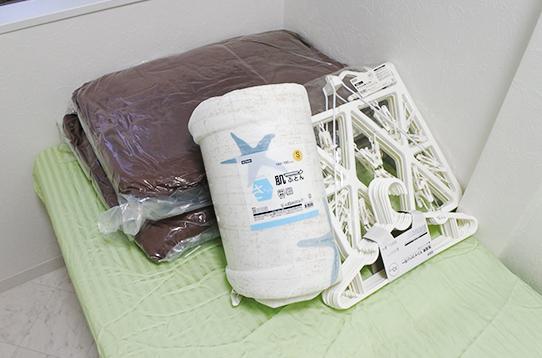 ハンガーやベッドカバーも備え付けです