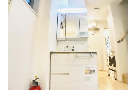 シャワー付き独立洗面台です♪