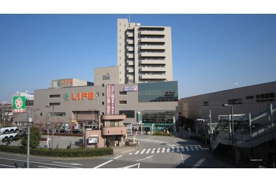 駅前にはスーパー、百均、飲食店も。
