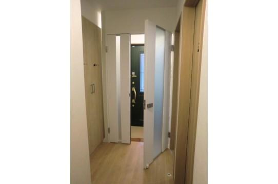 玄関ドアの内側にもう一つ脱走防止用ドアが有り