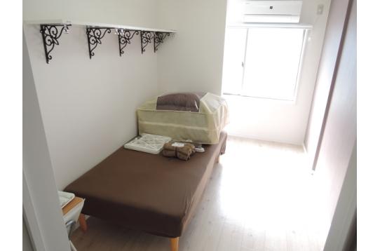 お部屋には寝具一式、ベッド、テレビ、デスクあり