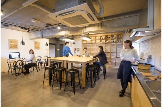 広々としたキッチンでは料理と会話が弾む。