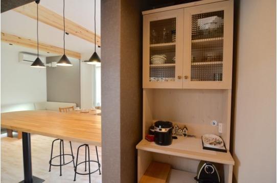 かわいい食器棚と一人用炊飯器も完備