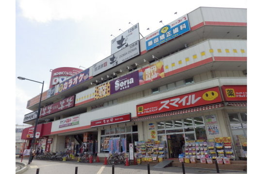 駅前の商業ビル、色んなお店があります