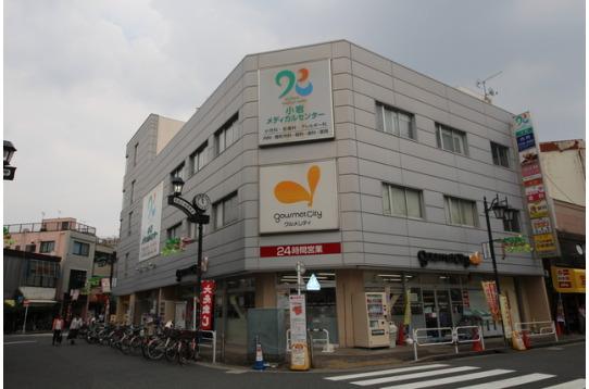 新柴又駅の1階には24時間のスーパーがあります。