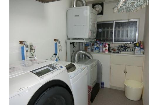 家事室全景。洗濯機、乾燥機、洗い場が完備。