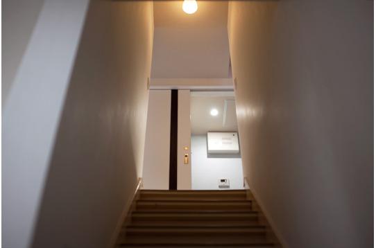 階段を上がります