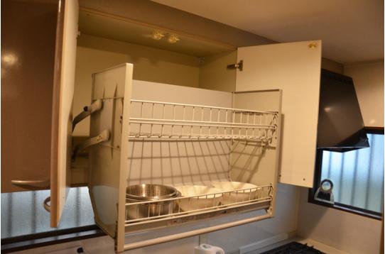 キッチンの上部の収納棚は稼働式