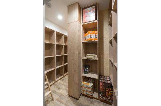 キッチン隣接の倉庫です。こちらも個人収納あり。