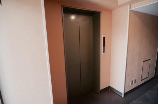 各フロアーにはエレベーターで