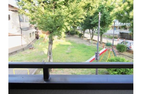 目の前の公園。玄関を出るたび癒されます。