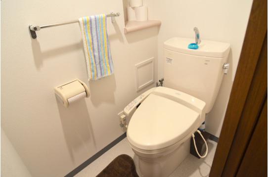 温水シャワー付きのきれいなトイレです