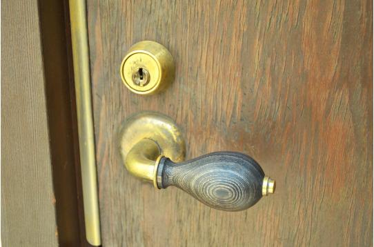 玄関ノブにもアンティーク調に♪