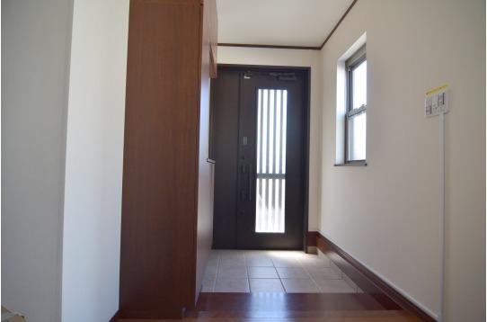 玄関も明るく広々