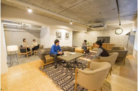 座り心地の良いソファやイスが揃ったくつろぎの空間。