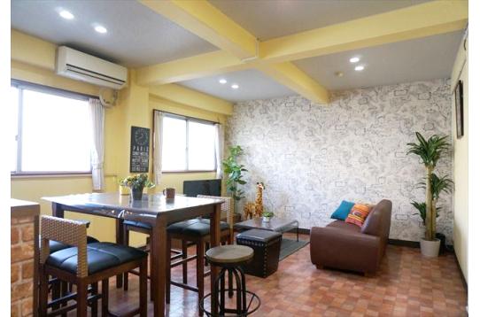 ●壁面天井及び照明そしてリビングセットも新調。