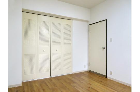 清潔感のある大型収納つき洋室部屋