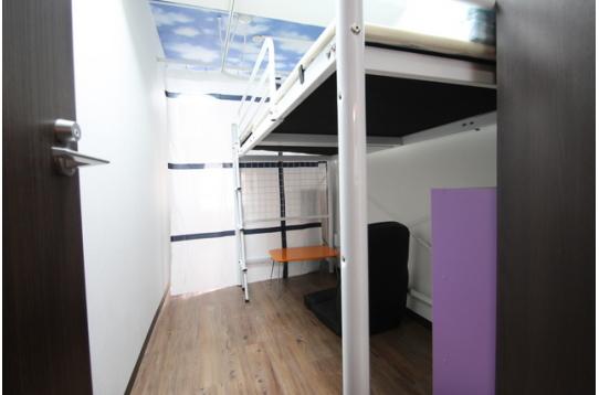 お部屋その1 座椅子、机、収納があります。