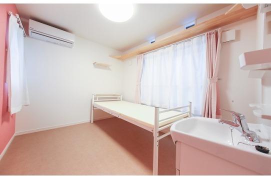 各部屋ベッドと洗面台がついています。