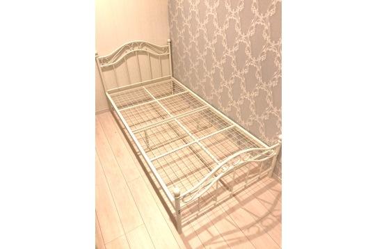 個室内のベッドになります。
