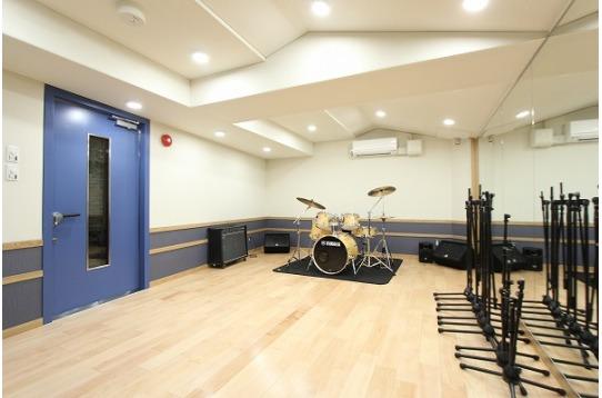 バンド練習も可能な12畳の音楽スタジオ。