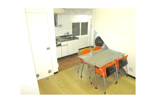 オレンジの椅子が映えるリビング。