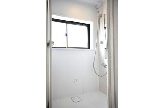 光差し込むシャワー室、朝シャワーも気持ちがいいかも