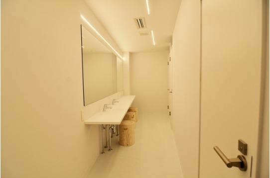 メイクスタジオのような大型ミラーのある洗面室。