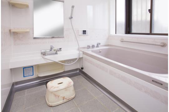 広々として清潔感のあるお風呂