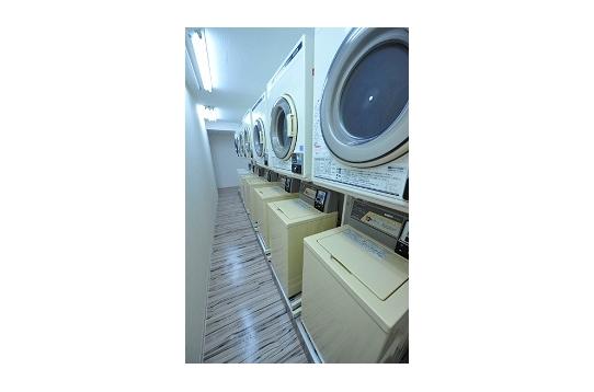 コイン式の洗濯機、乾燥機とも7台ずつあります。