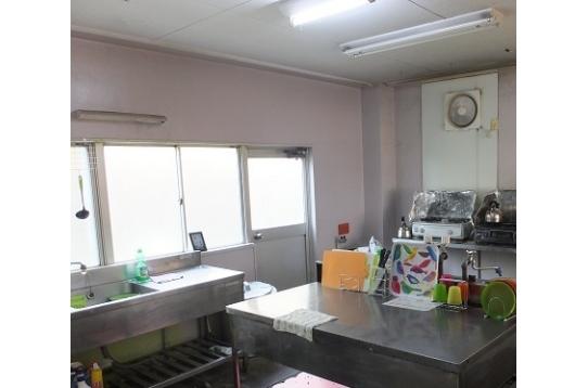 キッチンも壁面も綺麗に。キッチン用品も色彩感あり。
