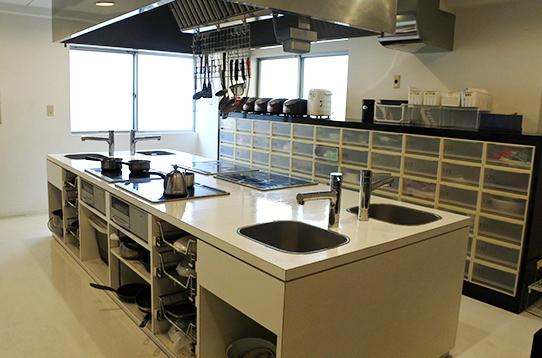 キッチンの様子。アイランド型のシステムキッチン
