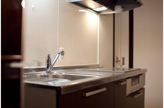 キッチンは落ち着く色合いで統一されています