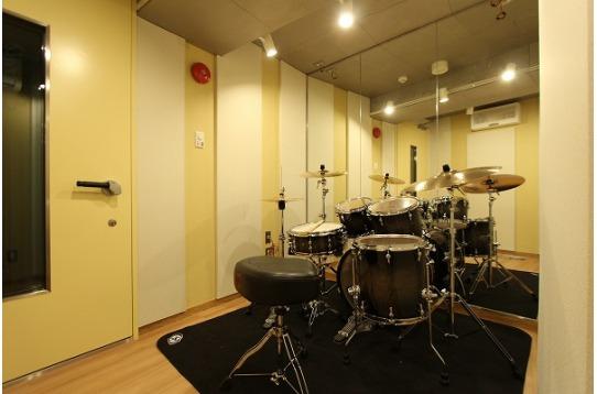 3.8畳の無料スタジオ。ドラムが常設されています。