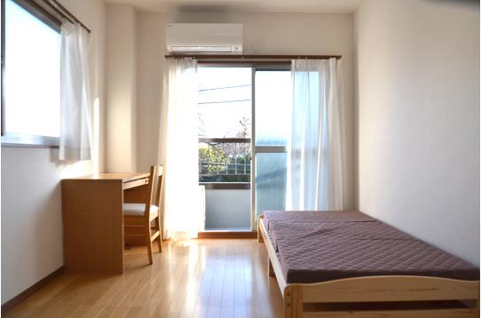 日差しがまぶしい素敵なお部屋です。