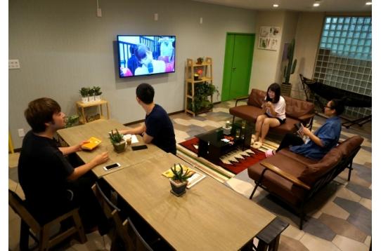 みんなでテレビを見ながらご歓談♪