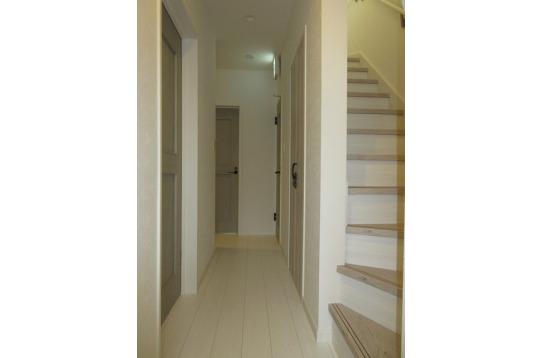 階段を上がって2階にリビングがあります。