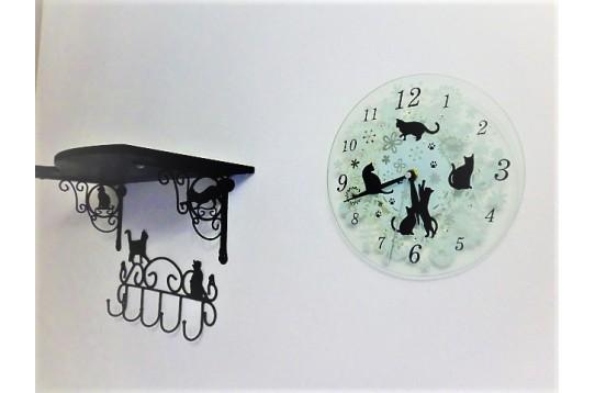 個室の壁には猫模様の棚、フック、時計が設置