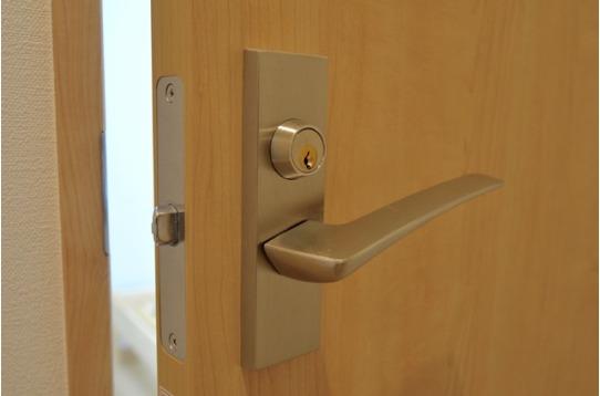 各お部屋には鍵が付いています。
